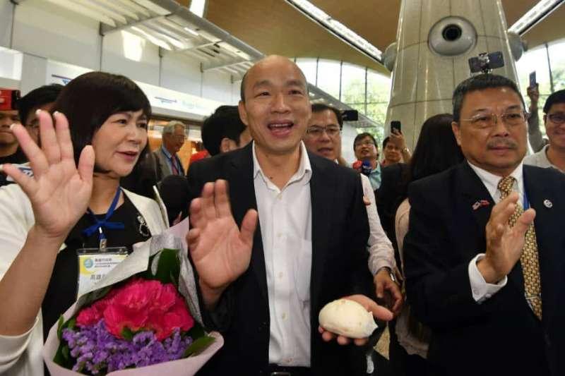高雄市長韓國瑜(中)日前出發大馬行,熱情民眾送包子。(高雄市政府提供)