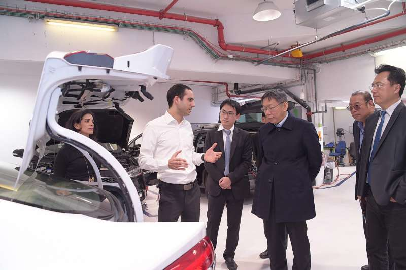 台北市長柯文哲(右三)參訪全球最大自駕車公司「自駕車之眼」(Mobileye)。(台北市政府提供)