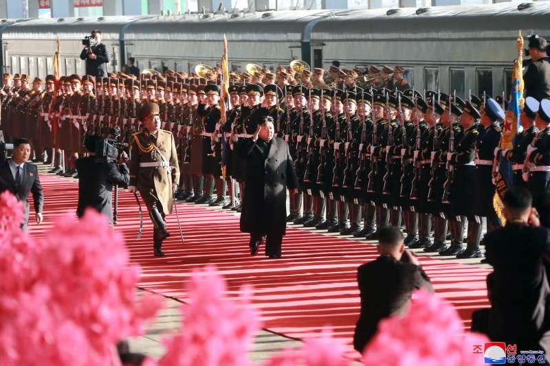 河內川金會:北韓領導人金正恩在平壤火車站前檢閱儀隊(AP)