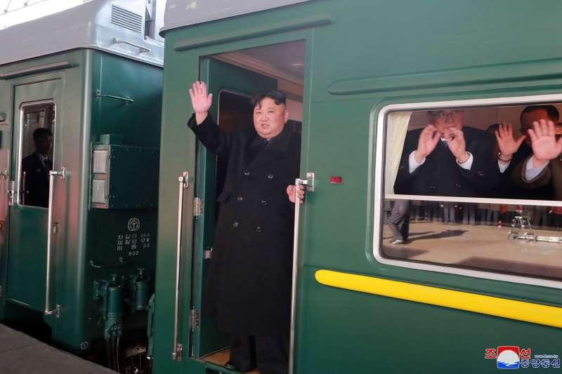 河內川金會:北韓領導人金正恩搭上火車,並與送行人群道別(AP)