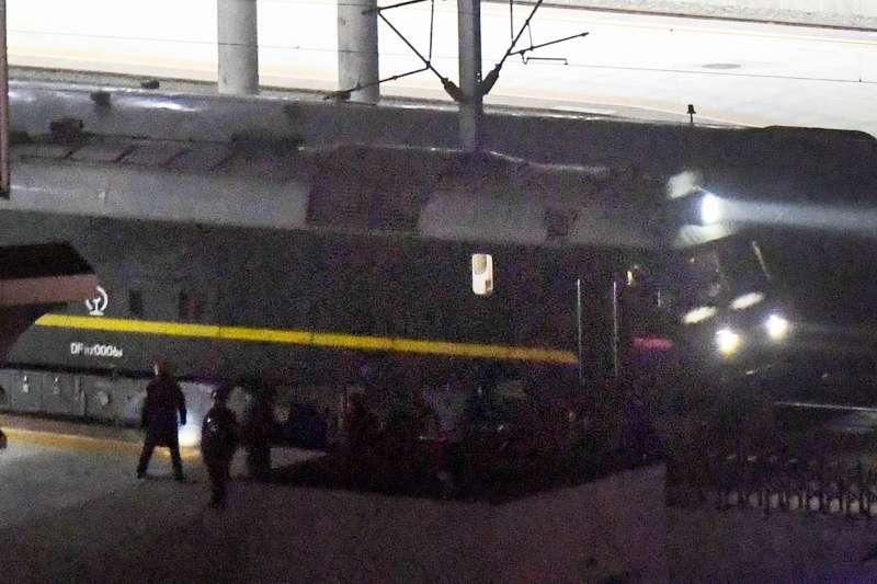 河內川金會:疑似北韓領導人金正恩搭乘的火車經過中國丹東(AP)