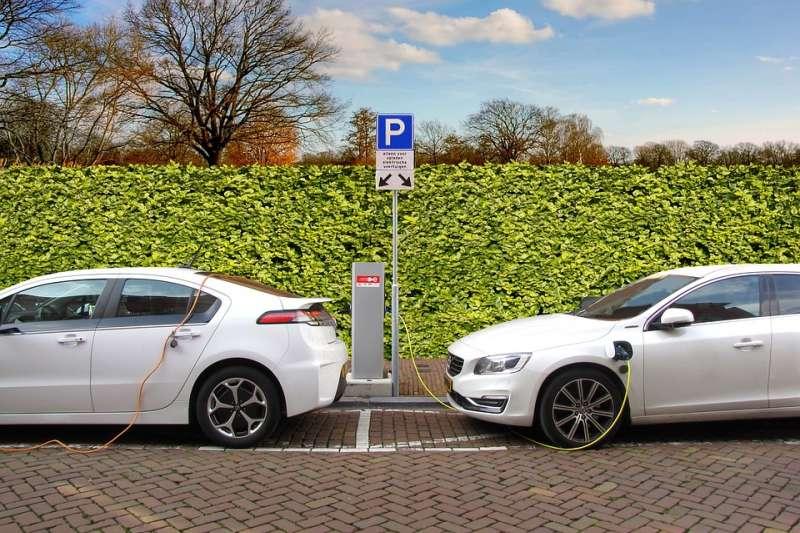 新能源汽車必須要在價格、性能以及基礎建設配套上站穩腳步,才能引領變革,打敗傳統汽油車。(示意圖/ Joenomias @pixabay)