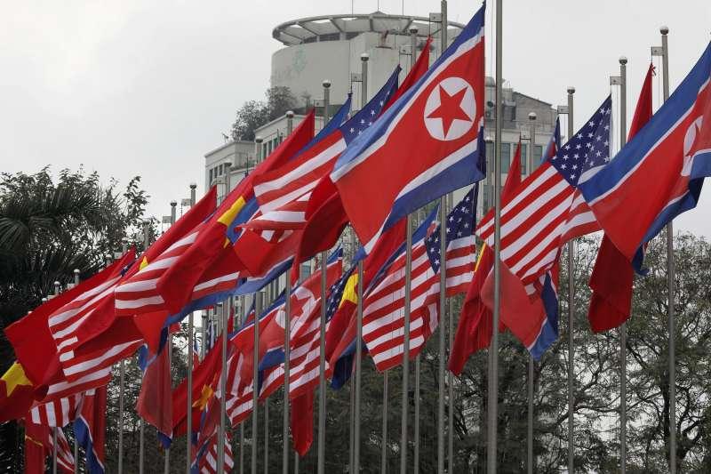 河內川金會越南懸掛美國與北韓國旗(AP)
