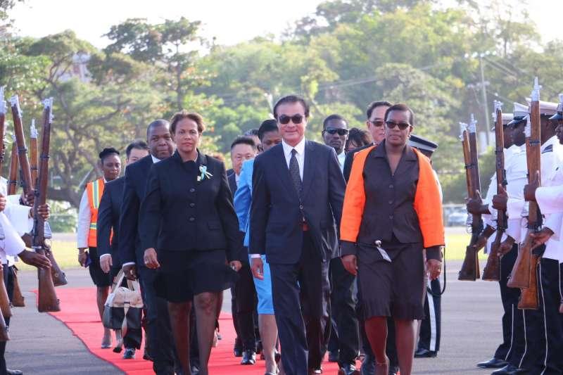 立法院長蘇嘉全(前中)以特使身分代表蔡英文總統,前往聖露西亞訪問。(立法院提供)