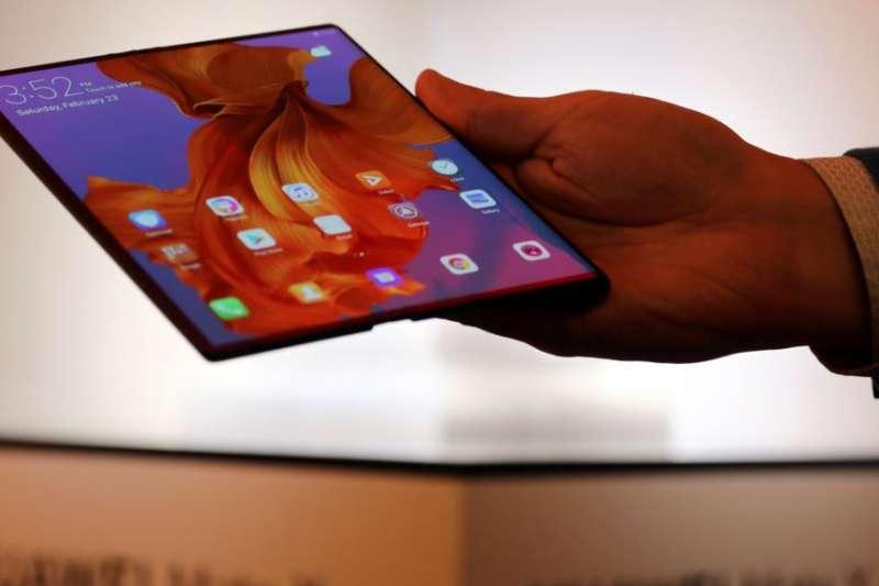 華為2月24日在巴塞羅那向媒體展示Mate X 折疊手機