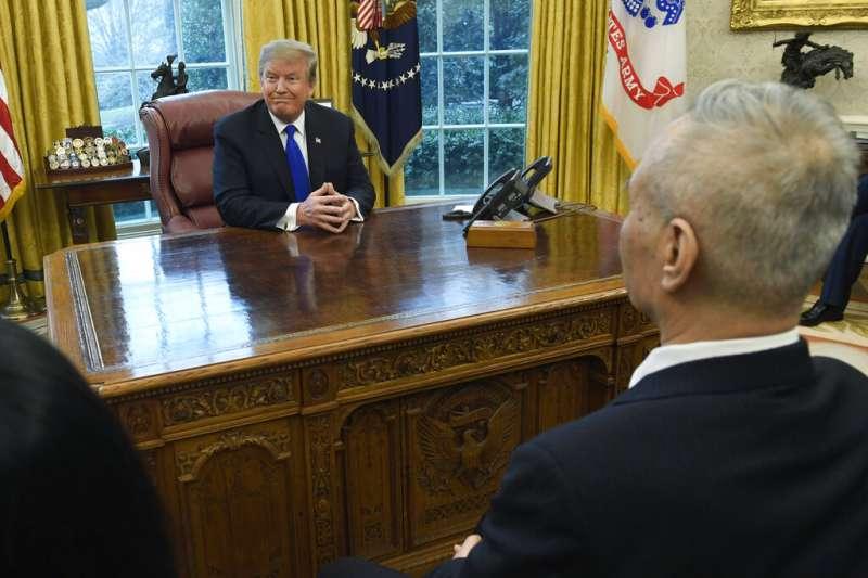 中國國務院副總理劉鶴與美國總統川普在白宮橢圓型辦公室會面。(美聯社)