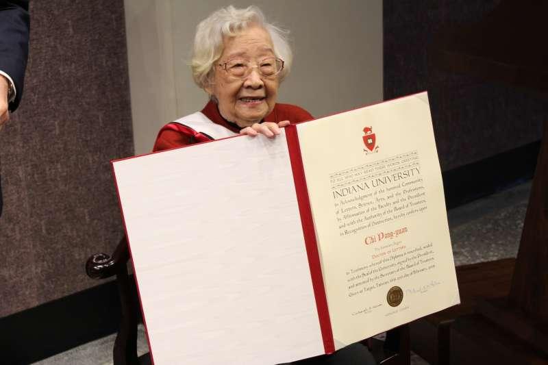 小說《巨流河》作者齊邦媛25日接受美國印第安那大學校長在臺灣頒贈榮譽博士學位。(翻攝自印第安那大學網站)