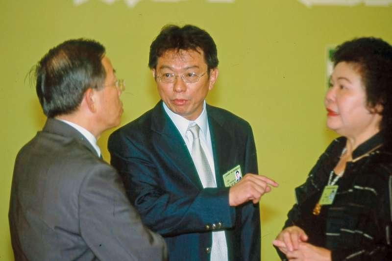 向來被視為很有謀略觀的國安會副祕書長葉國興(中),近來傳出請辭。(新新聞資料照)