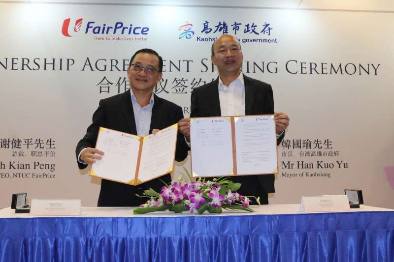 高雄市長韓國瑜(右)轉抵新加坡後,與FairPrice超市總裁謝建平簽訂三年合約。(圖/高雄市政府新聞局提供)