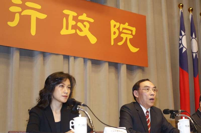 行政院召開同婚專法草案記者會,由發言人Kolas Yotaka(左)與法務部長蔡清祥(右)主持。(郭晉瑋攝)