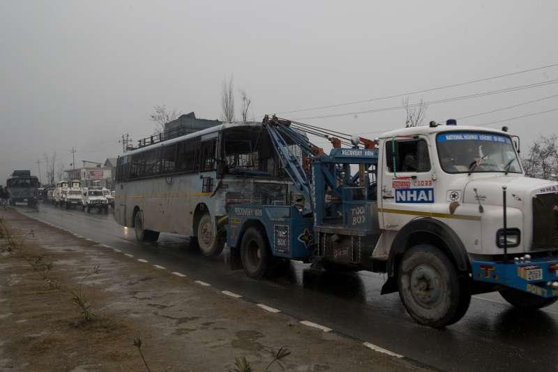 喀什米爾衝突:印度中央後備警察部隊車隊遭自殺攻擊,造成46人喪命(AP)