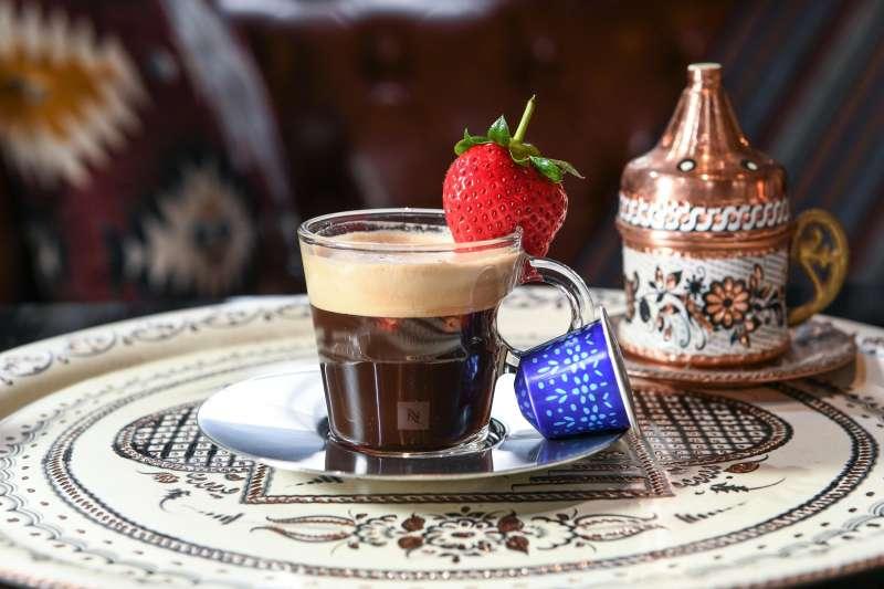 Nespresso「土耳其伊斯坦堡咖啡」加入糖及少許研摩的胡椒顆粒及陳年果醋,並點綴鮮甜草莓。(圖/Nespresso提供)
