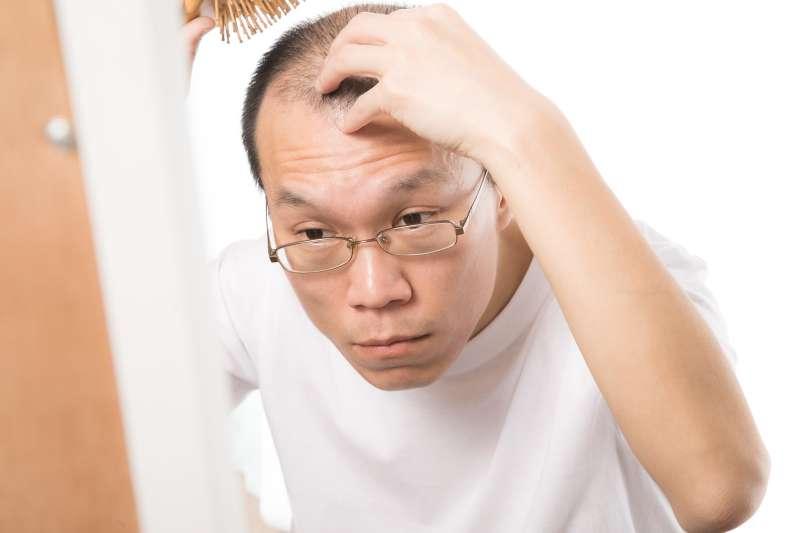頻掉髮是哪裡出問題?中醫師破解3大落髮原因,不讓髮際線後退。(示意圖/pakutaso)