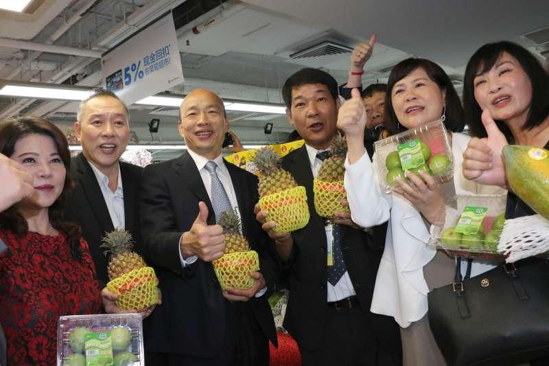 高雄市長韓國瑜(左三)率領星馬參訪團,續與昇菘超市CEO林福星(左二)簽訂三年採購長約。(圖/徐炳文攝)