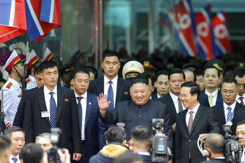 北韓領導人金正恩乘坐的專列在經過4天3夜的長途行進後,於26日上午8時10分抵達與越南邊境的諒山省同登站。 (AP)