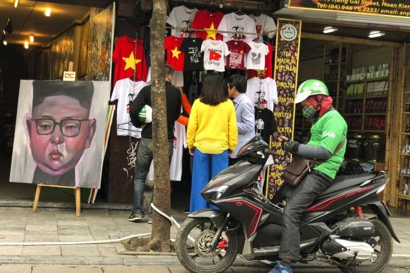 河內街頭許多商家都掛出川普與金正恩圖樣的T恤。(美聯社)