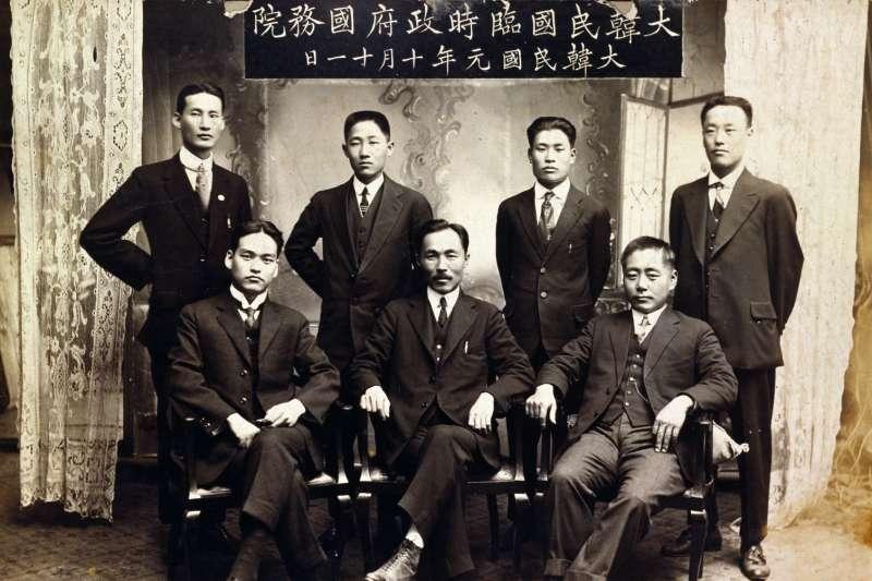 大韓民國臨時政府國務院紀念照片(Wikipedia / Public Domain)