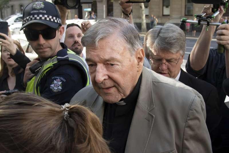 樞機主教性侵案:澳洲樞機佩爾被定罪,開始入監等候判決(AP)