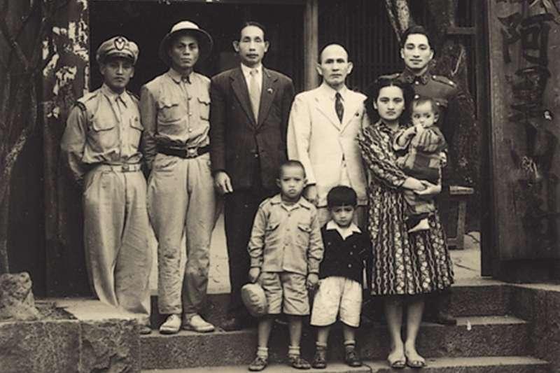 1951臺灣原住民領袖樂信.瓦旦、吾雍.雅達烏猶卡那與湯守仁於阿里山賓館。(圖/維基百科)