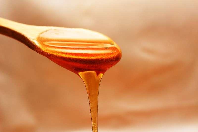 「假蜜」又可分為「完全使用高果糖糖漿調製」、「真蜂蜜摻入高果糖糖漿」、「蜜蜂食用糖水產出的蜂蜜」、「產地、蜜源造假」等四類,但消費者可簡單辨識出的只有第一類。(圖/pixabay)