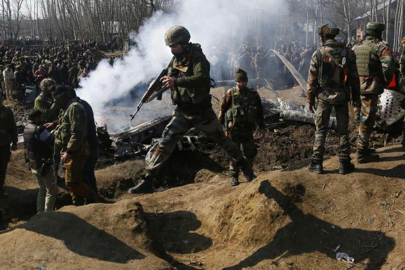 2019年2月27日,一架印度戰機墜毀在印控「查謨─喀什米爾邦」布德加姆(Budgam)地區。(AP)