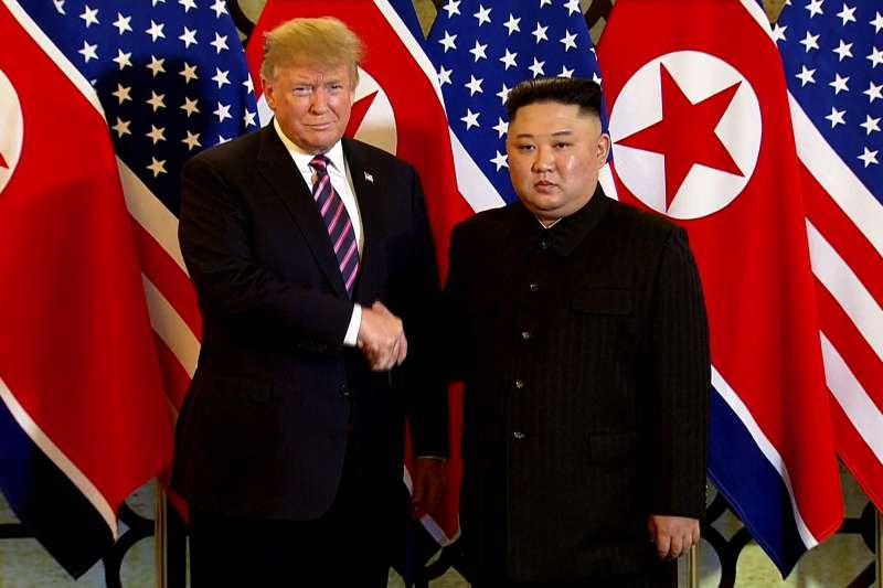 日前美國總統川普(圖左)在G20高峰會結束後,於6月30日在兩韓邊界的北緯38度線板門店,跨越了兩韓中線,成為史上首位踏入北韓的美國在任總統,與北韓領導人金正恩(圖右)會晤協談。(資料照,美聯社)