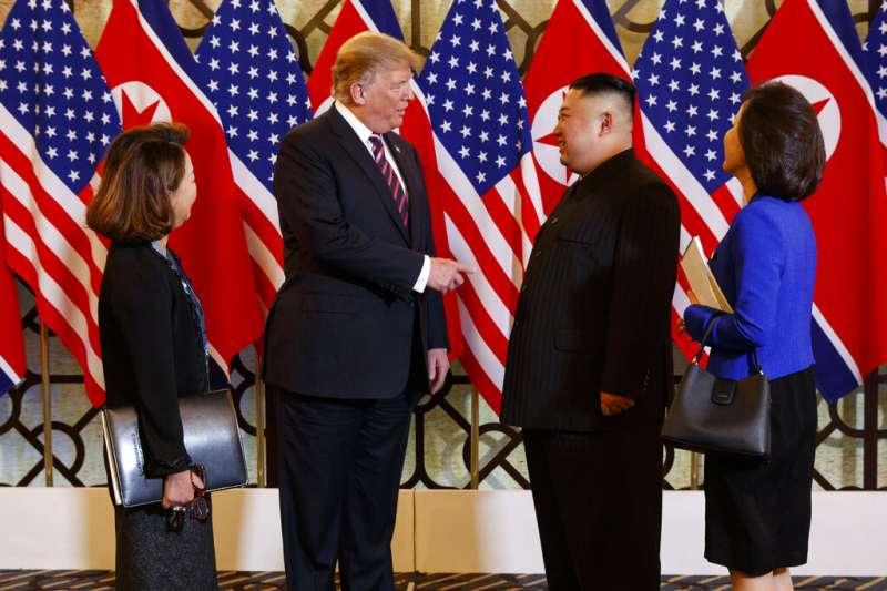 美國總統川普與北韓領導人金正恩27日在河內會晤,兩人透過口譯寒暄交談。(美聯社)