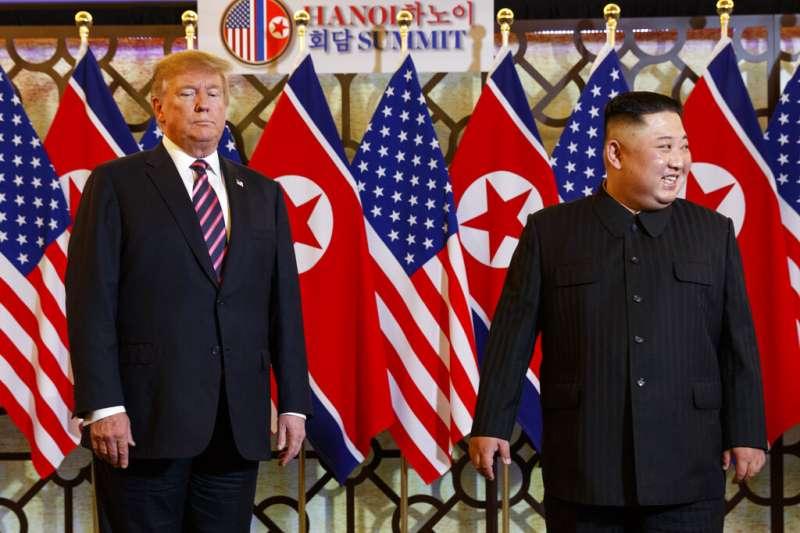 美國總統川普與北韓領導人金正恩27日在河內會晤。(美聯社)