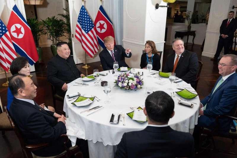 河內川金會:美國總統川普、北韓最高領導人金正恩27日當地時間18時29分在越南河內傳奇新都城索菲特酒店會面。(取自@WhiteHouse 推特)