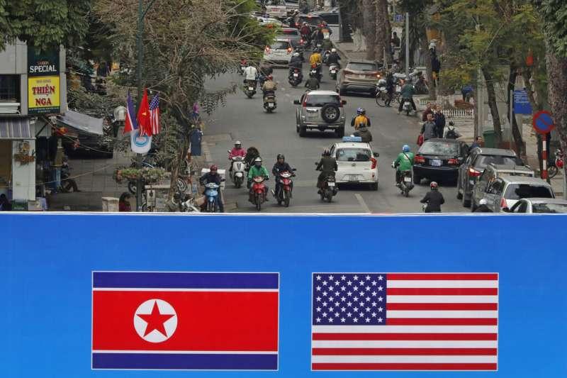 河內街頭的美國與北韓國旗。(美聯社)