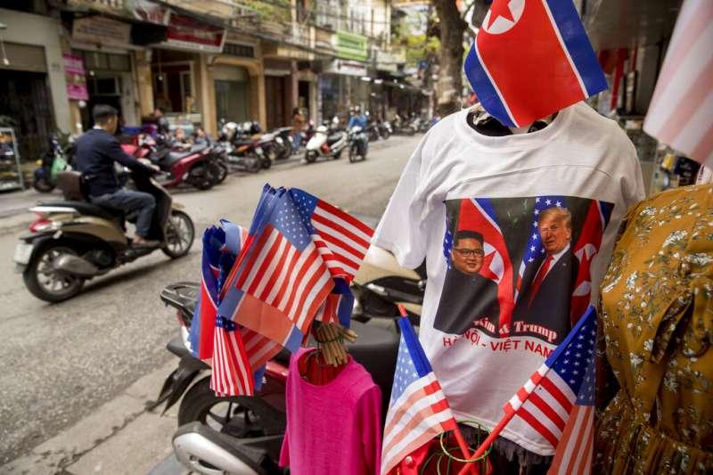 二次川金會在河內登場,當地小販也樂得販賣川金會T恤賺一筆。(美聯社)