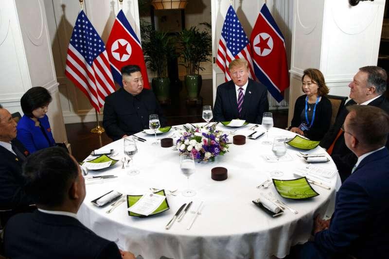 河內川金會:美國總統川普、北韓最高領導人金正恩27日當地時間18時29分在越南河內傳奇新都城索菲特酒店會面。(AP)