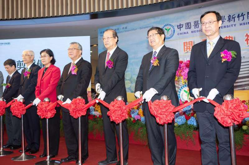 蔡長海(右三)從長庚醫院的小兒科醫生,到接掌中醫大董事長,經營能力執業界牛耳。(翻攝自楊文科臉書)