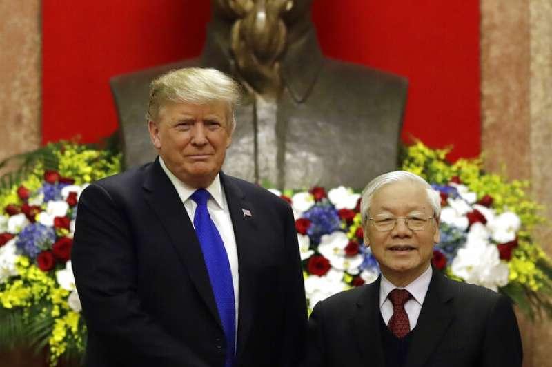 美國總統川普與越南國家主席阮富仲。(美聯社)