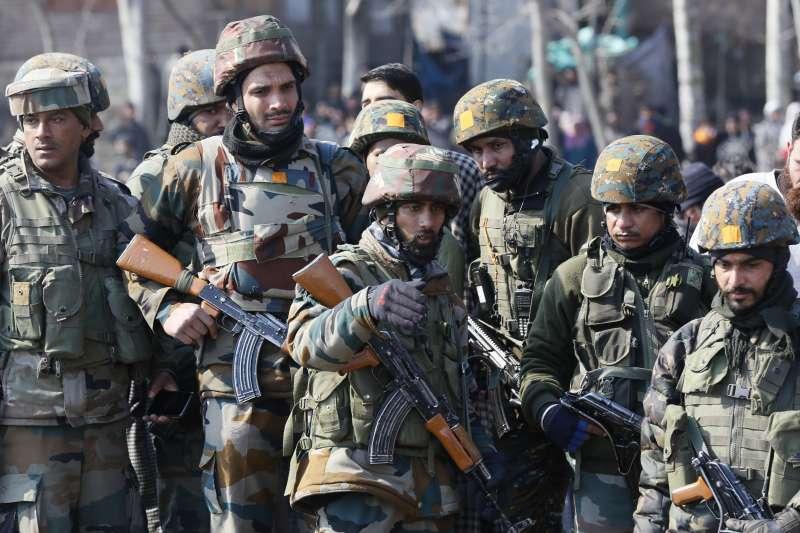 2019年2月27日,一架印度戰機墜毀在印控「查謨─喀什米爾邦」布德加姆(Budgam)地區,印度軍方前往搜救。(AP)