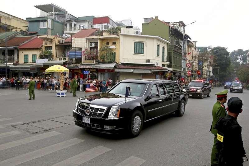 河內川金會破局後,川普車隊回到下榻飯店。(AP)