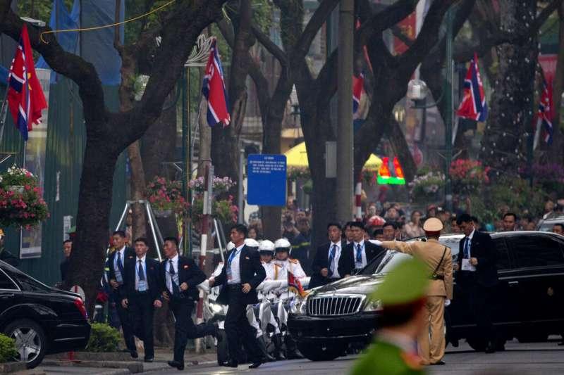 金正恩車隊與隨車狂奔的北韓保鑣。(美聯社)