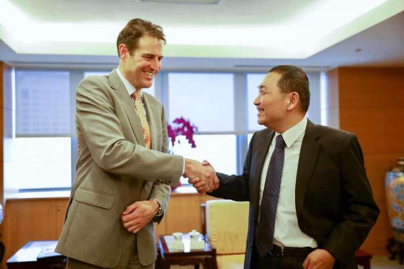 台北市長柯文哲與高雄市長韓國瑜先後出訪,新北市長侯友宜27日晚間則在臉書上貼文表示,「我留在台灣也沒閒著,一樣拚外交。」圖為侯友宜會見澳洲辦事處代表高戈銳(Gary Cowan)。(取自侯友宜臉書)