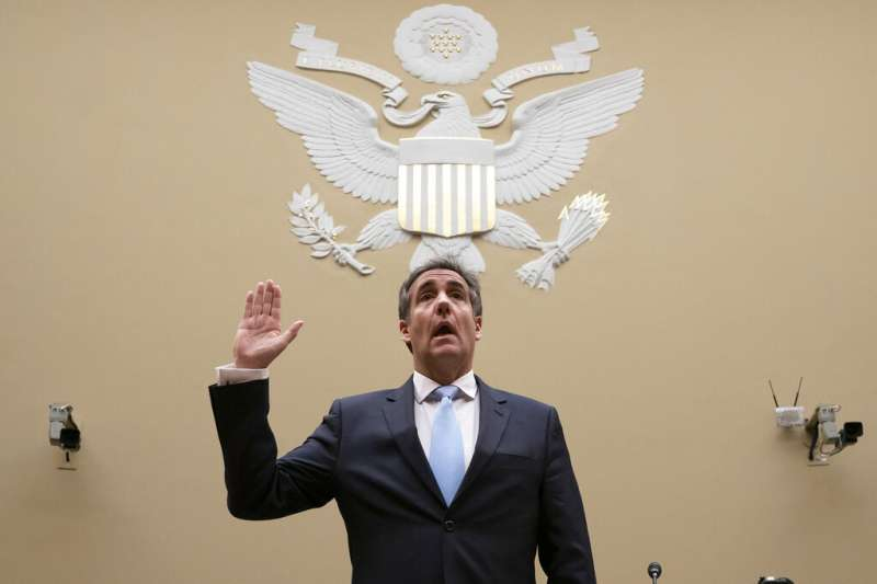 川普御用律師柯恩在國會作證前宣誓。(美聯社)