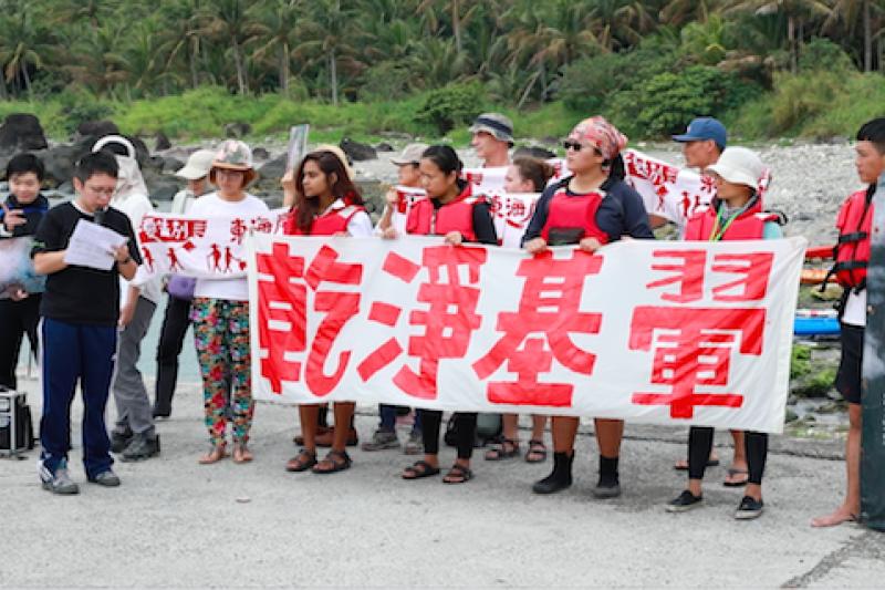 比西里岸部落青年會集結環團及東部居民1日一同在基翬漁港舉行出航快閃,希望藉此守護傳統領域與珊瑚礁。(台灣環境資訊協會提供)