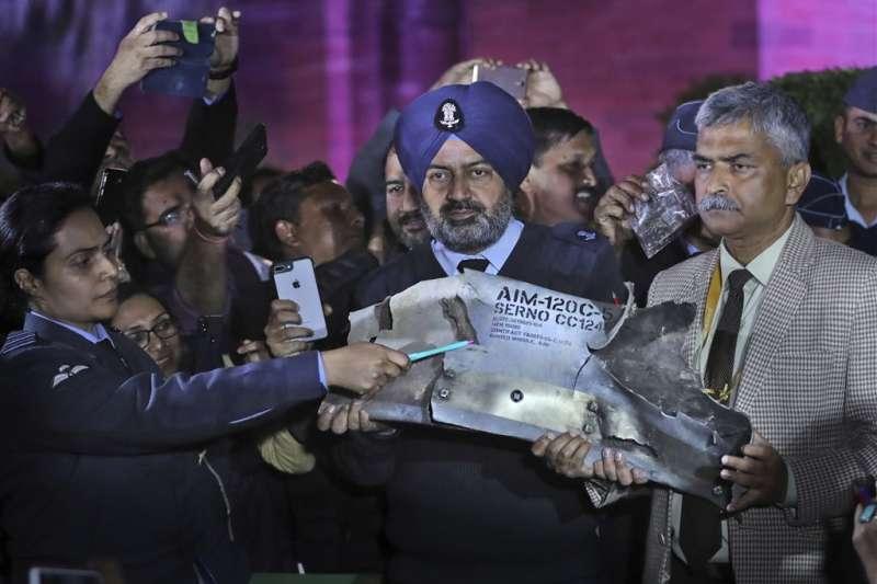 印度空軍和陸軍2月28日召開聯合記者會,並對外展示AIM-120先進中程空對空飛彈殘骸,證實巴基斯坦空軍入侵印度領空時使用了F-16。(美聯社提供)