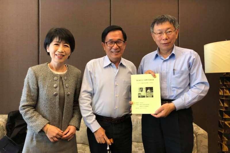 台北市長柯文哲(右一)和太太陳佩琪(左一)今(1)日至高雄拜訪前總統陳水扁(中)。(取自陳致中臉書)