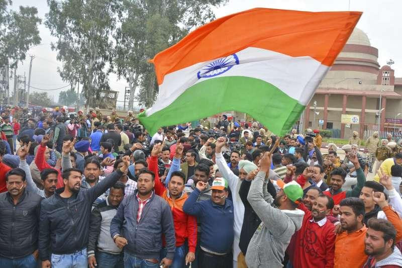 巴基斯坦軍方1日下午,在印度巴基斯坦邊境的村落瓦加無條件釋放被俘虜的印軍飛行員,印度民眾熱情歡迎「空軍英雄返家」。(AP)