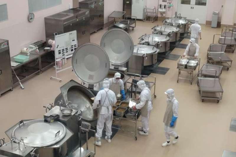 相較於日、韓針對營養午餐完整法規,台灣除人力短缺的窘境,廚工人員更是長期面對低薪、在缺乏保障的就業環境下工作。圖為東京都府中市立給食中心。(大享食育協會提供)