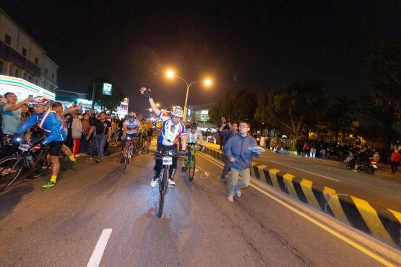 台北市長柯文哲28日晚間從台南騎腳踏車到高雄。(柯文哲臉書)