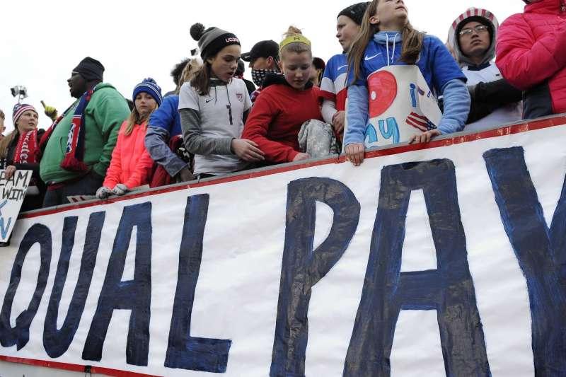 女性上街爭取同工同酬。(AP)