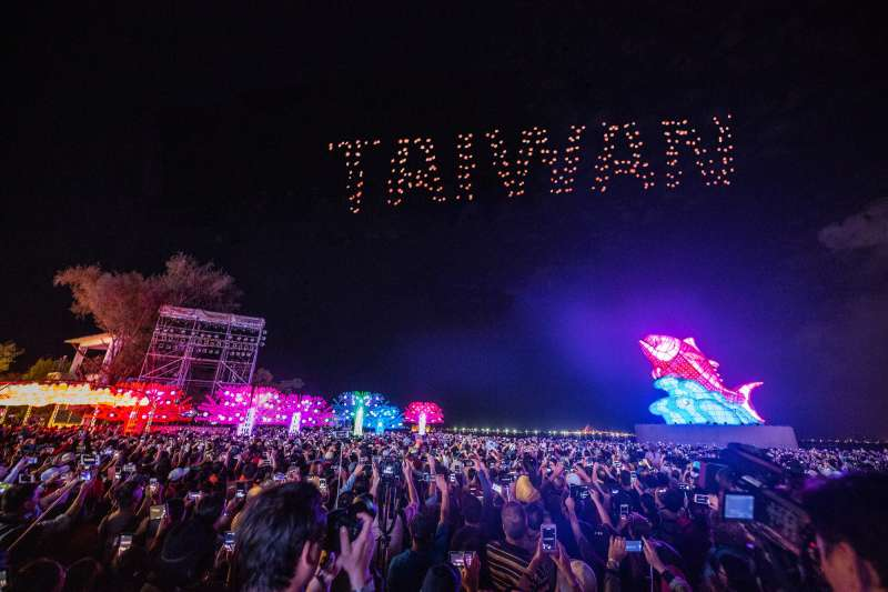 台灣燈會Intel Technology無人機燈光展演震撼人心。(屏東縣政府提供)