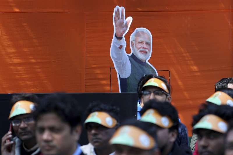 印度人民黨成員透過畫面聆聽印度總理莫迪的演說。(AP)