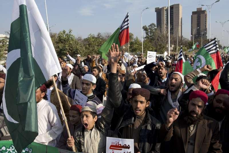 2019年2月28日,巴基斯坦民眾在伊斯蘭瑪巴德舉行示威遊行,抗議印度的空襲。(AP)