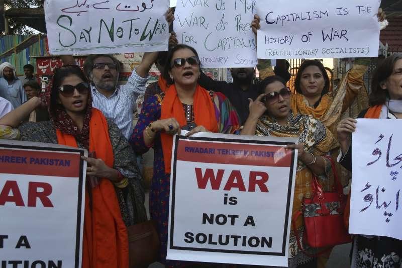 2019年2月28日,巴基斯坦民眾高舉標語「戰爭不是解決方法」,呼籲政府冷靜,克制行為以免衝突升高。(AP)